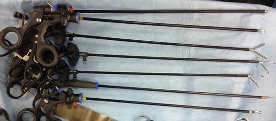 図2 腹腔鏡手術に使用する鉗子類